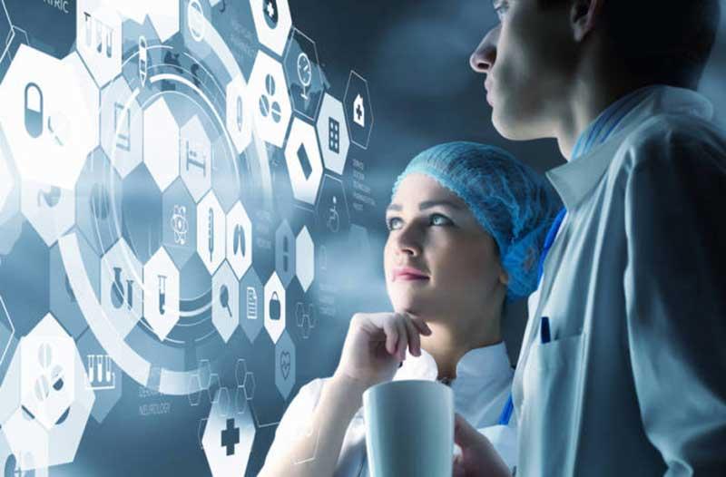 Medici kijken naar digitale grafiek