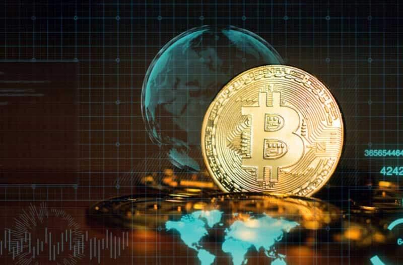Een Bitcoin met een digitale representatie van de Aarde op de achtergrond