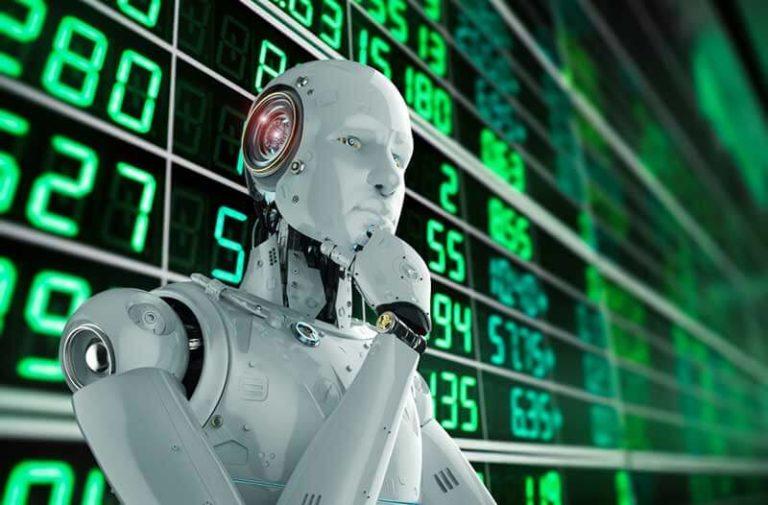Witte humanoïde robot staat voor een zwarte achtergrond met groene cijfers