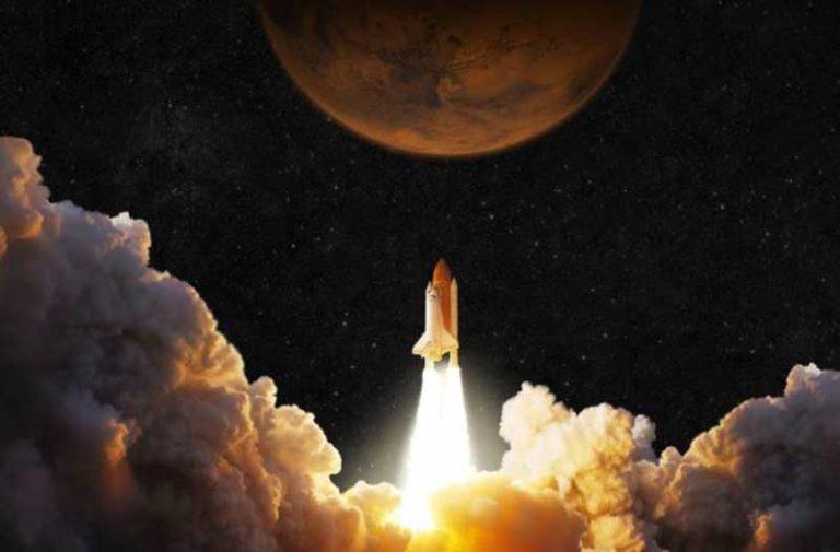 Een opstijgend ruimteschip met een planeet erboven