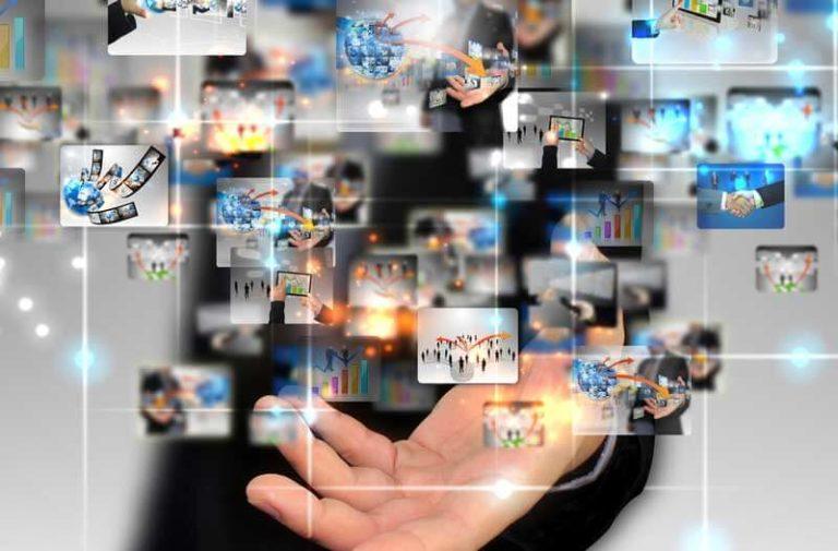 Digitale icoontjes zweven boven uitgestrekte hand