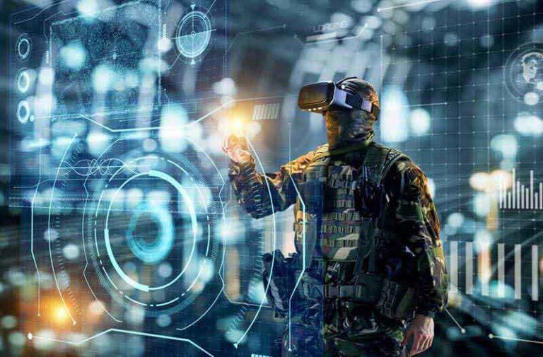 Man in militaire uitrusting en met een VR headset op kijkt naar digitaal scherm