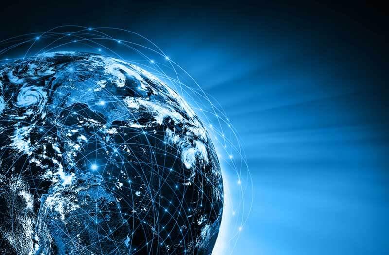 Verlichte digitale wereldbol met lijnen en stippen tegen een zwarte achtergrond