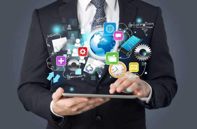 Man in pak houdt tablet vast waarboven digitale iconen zweven