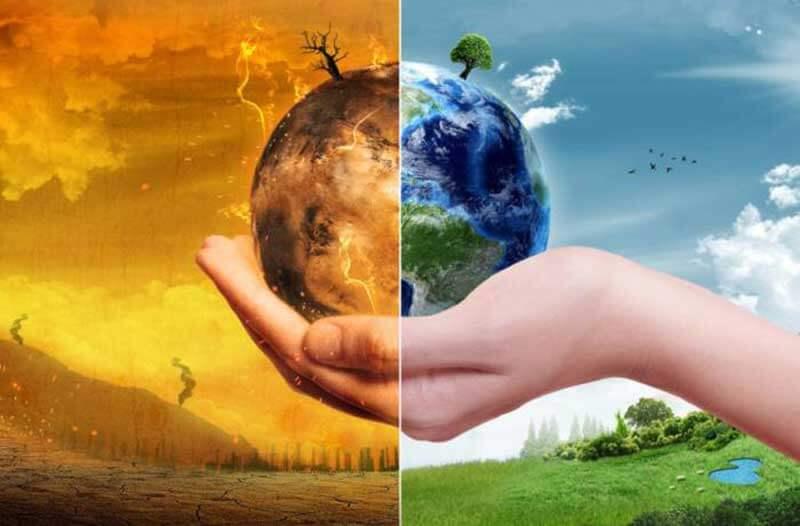 Hand houdt een miniatuur-Aarde vast, waarvan de linkerhelft uitgedroogd is en in brand staat terwijl de rechterhelft er groen en gezond uitziet