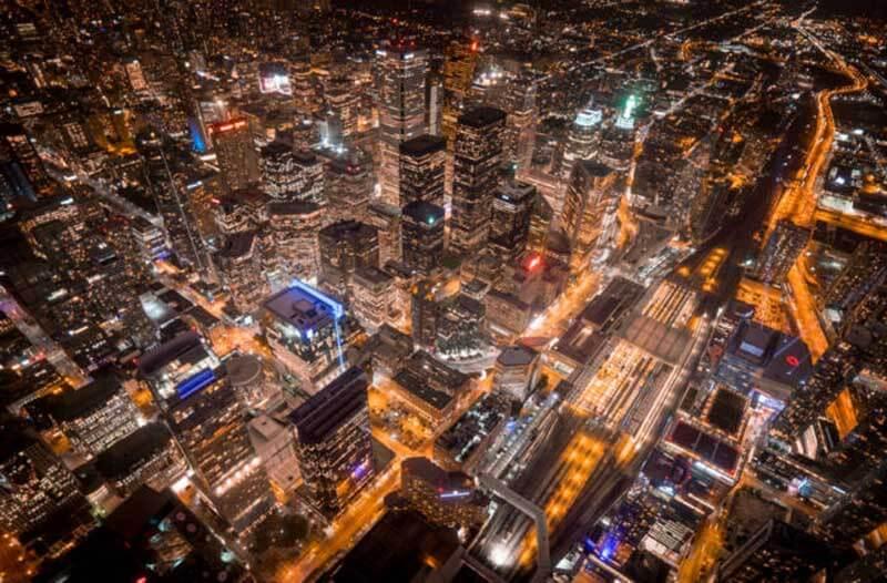 Een luchtfoto van een verlichte stad bij avond