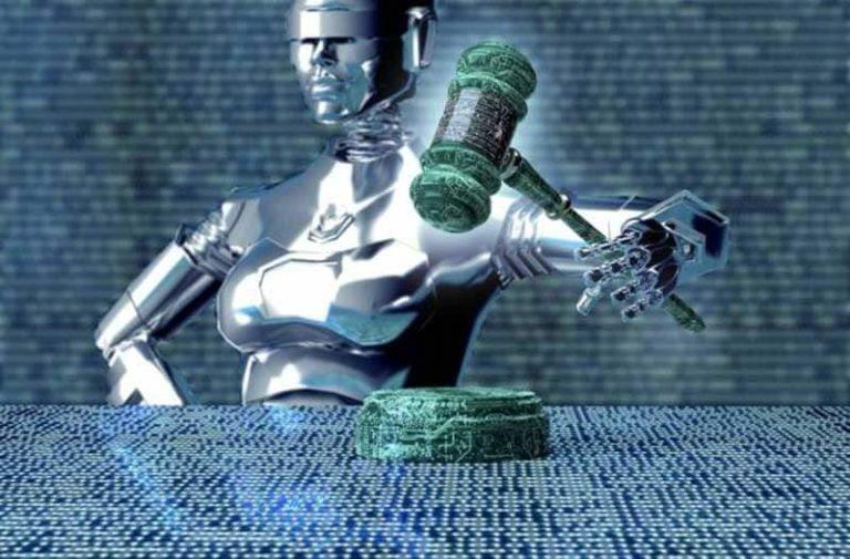 Humanoïde robot houdt de hamer van de rechter vast met binaire code op de achtergrond