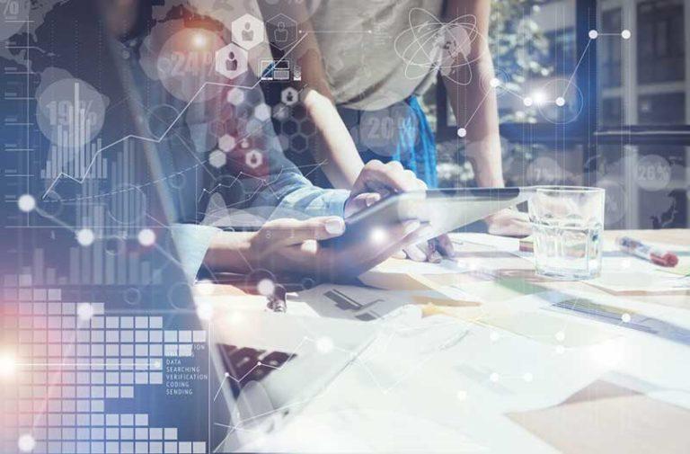 Man en vrouw werken in digitale omgeving|Man en vrouw werken in digitale omgeving||Man and woman working in digital environment