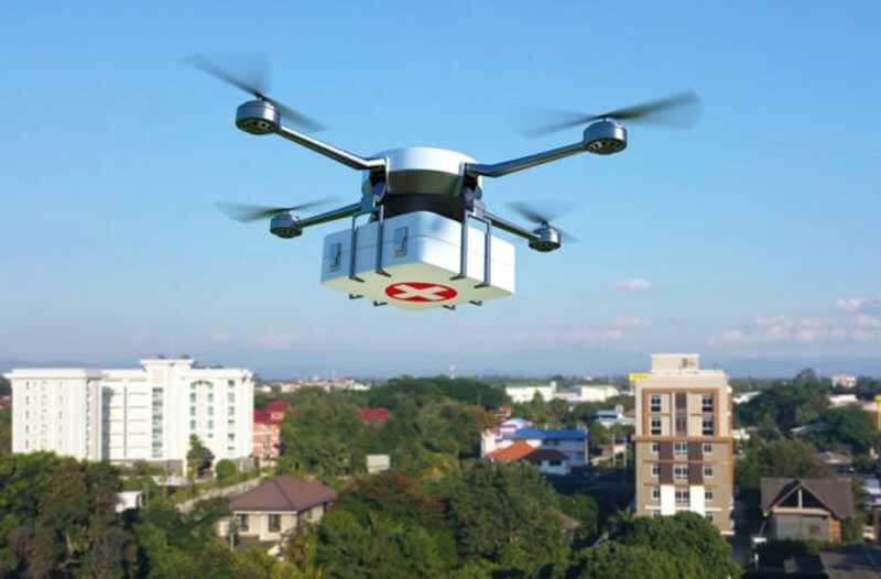 Drone vliegt over een stad en vervoert medische hulpmiddelen