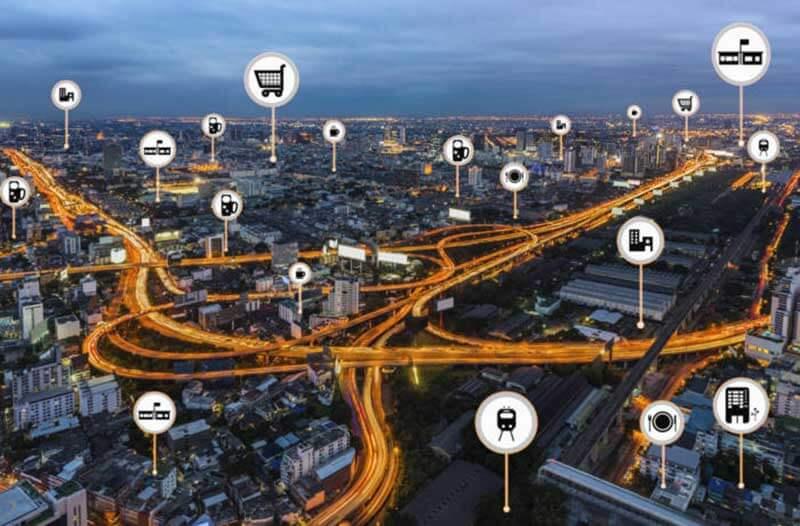 Een luchtfoto van een stad in de avond met een overlay van digitale pictogrammen