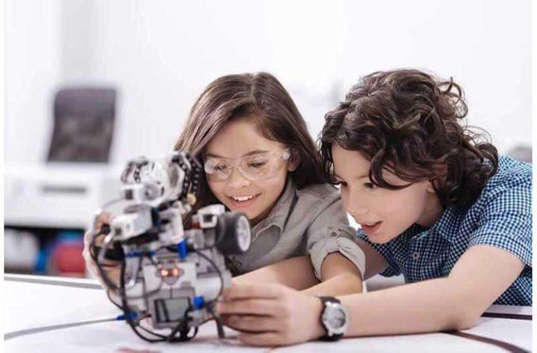 Twee kinderen spelen met een robot-achtig apparaat