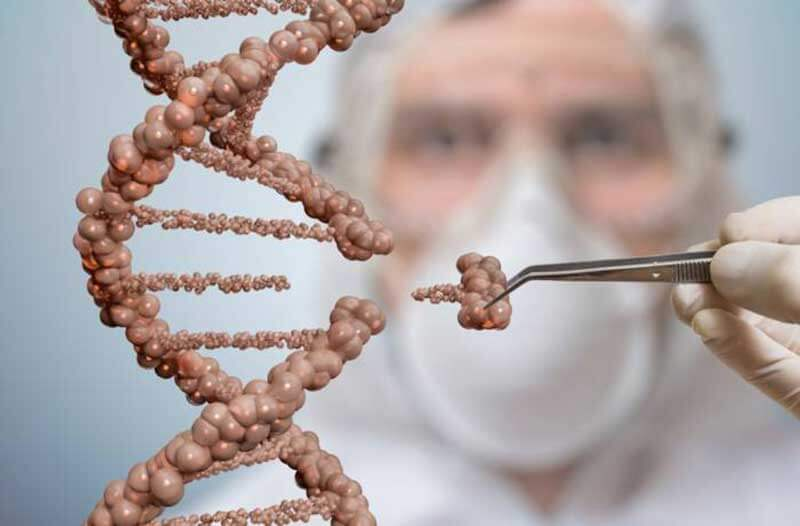 Wetenschapper met pincet verwijdert een stuk DNA uit een DNA-streng