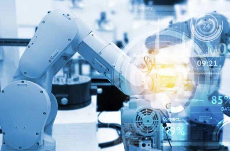 Industriële robothanden met een overlay van een digitale interface