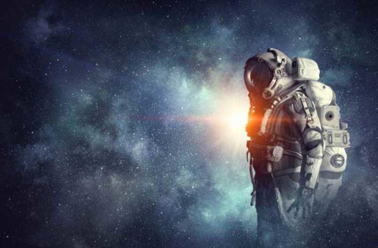 Man met astronautenpak in de ruimte met sterren op de achtergrond