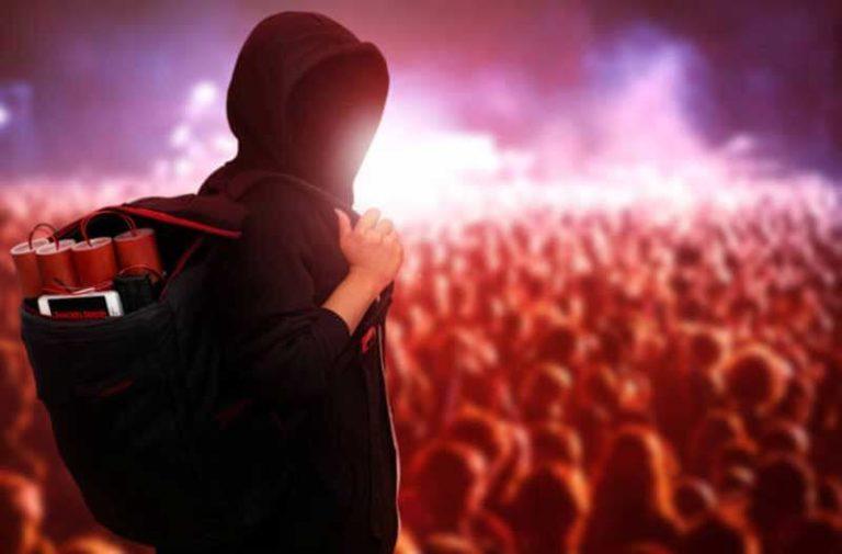 Een man met een hoodie en rugzak met explosieven staat voor een mensenmenigte