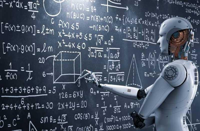 Humanoïde robot schrijft op een schoolbord waar allemaal formules op staan