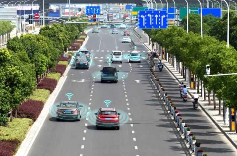 Een snelweg met auto's waarboven wifi-pictogrammen zweven