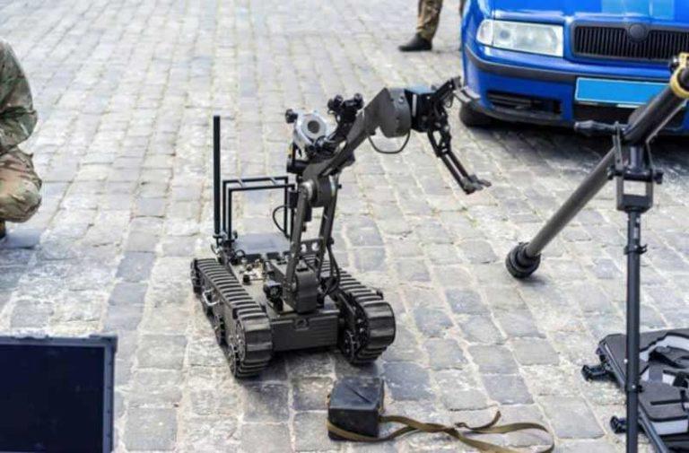 Een Taurus explosieven-robot staat voor een blauwe auto