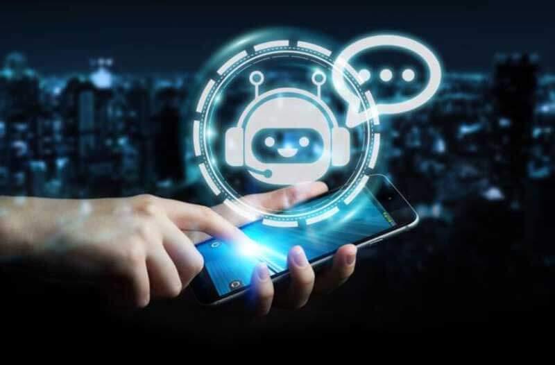 Chatbot pictogram over een afbeelding van een hand die een smartphone vasthoudt