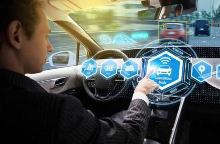 Man zit in een zelfrijdende auto en selecteert de autonome modus op een holografische interface