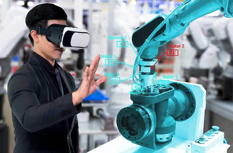 Een man met een VR headset staat in een fabriek en kijkt naar een blauwe virtuele machine