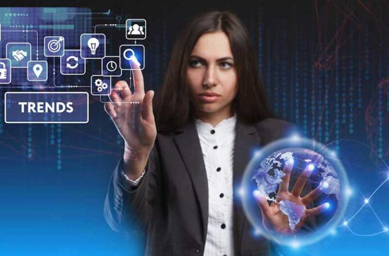Een vrouw bedient met haar rechterhand een holografische interface en met haar linkerhand raakt ze een hologram van de aarde aan