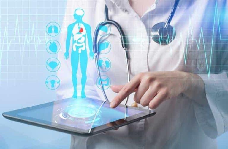 Dame in witte laboratoriumjas met een tablet met een digitaal beeld van een persoon met erboven zwevende icoontjes