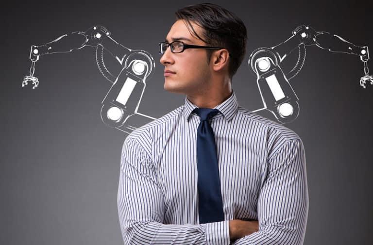 Een man met een bril, gestreept shirt en een blauwe stropdas kijkt naar rechts met op de achtergrond getekende robotarmen