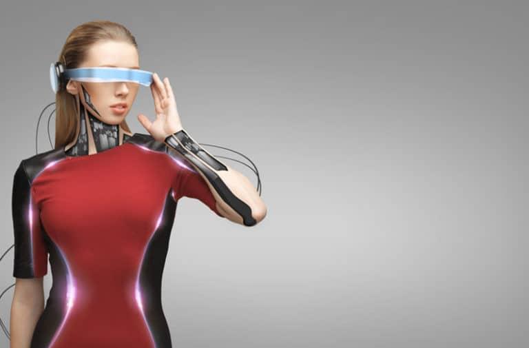 Vrouw met lang haar draagt rode exosuit en slimme bril