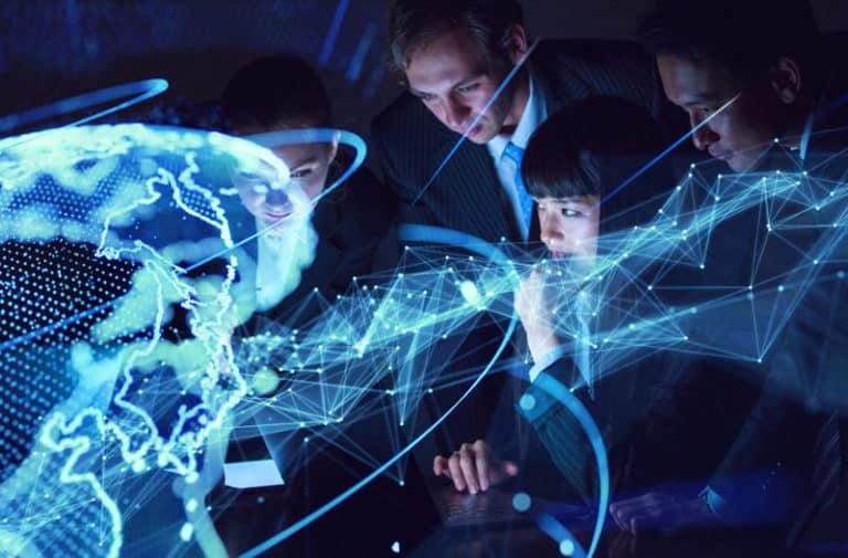 Mannen in pakken kijken naar een digitale representatie van de wereld met lichtgevende lijnen en stippen