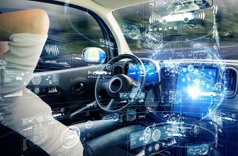 Interieur van een auto met bestuurder en een digitale overlay met symbolen, cijfers en infographics