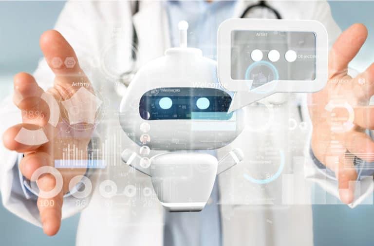 Een person in een witte laboratoriumjas pakt met twee handen een zwevende virtuele robot vast.