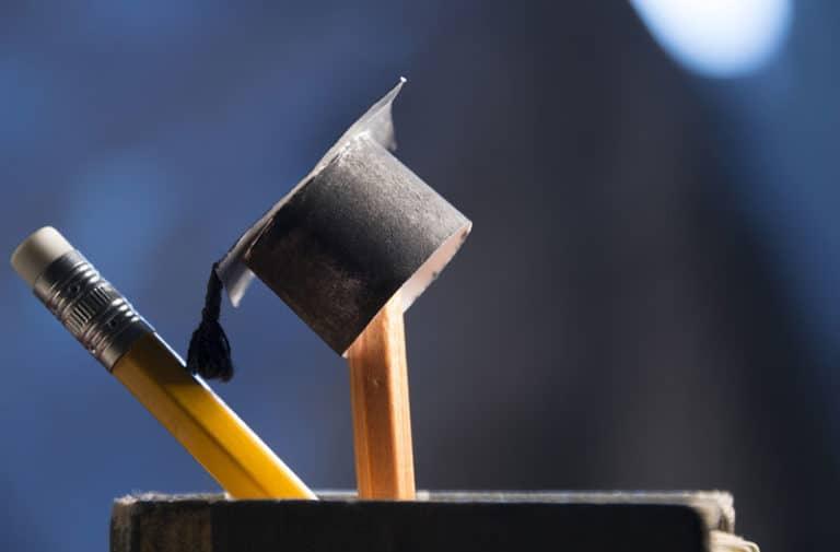 Minituur afstudeerhoedje balanceert op een potlood