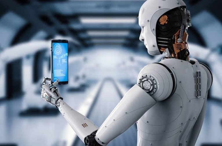 Een witte humanoïde robot staat in een futuristische ruimte en houdt een tablet vast.