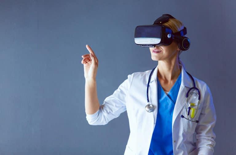 Een vrouw in een witte laboratoriumjas heeft een VR-headset op haar hoofd.