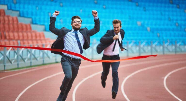 Zakenmannen in pak rennen een marathon