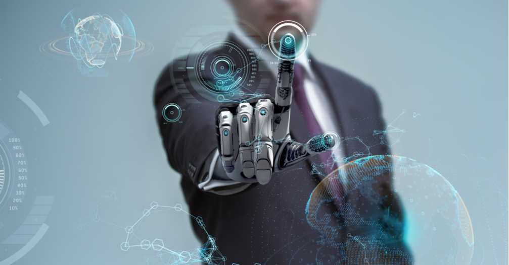 Man in pak met robothand manipuleert zwevende digitale interface