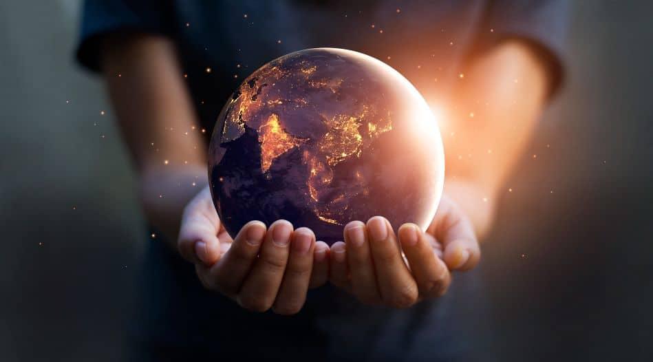 Twee handen houden de aarde vast, bij dag en bij nacht