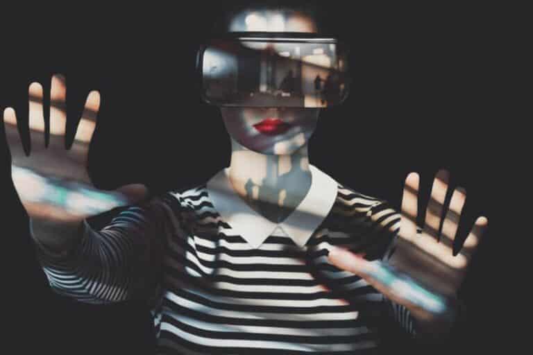 Vrouw met gestreept shirt en uitgestrekte armen draagt een VR-headset