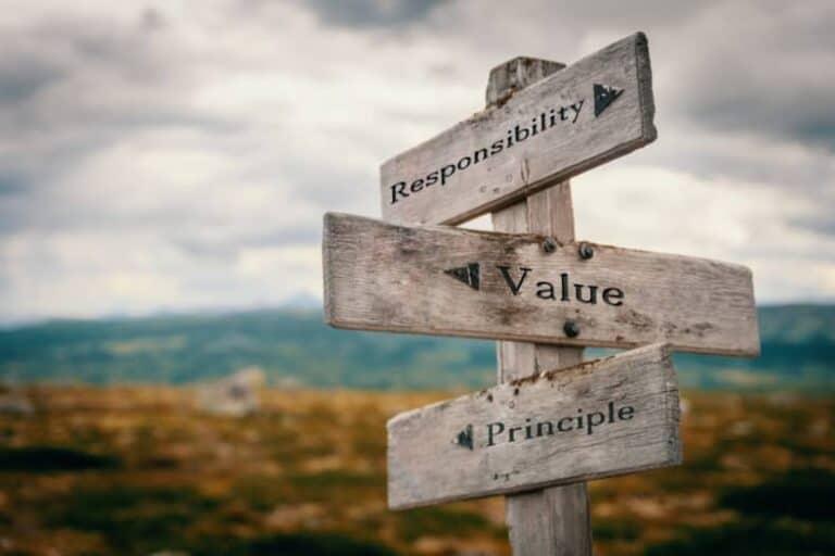 Houten wegwijzer met de woorden responsibility, value en principle