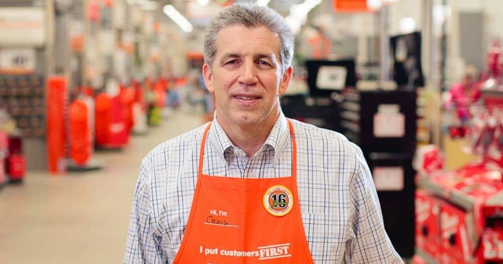 """Een foto van Craig Menear, de CEO van The Home Depot, met een oranje schort met de tekst """"'I put customers first"""""""